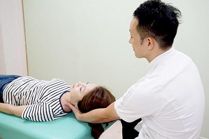 肩こり治療 施術風景