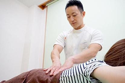 腰痛治療 施術風景